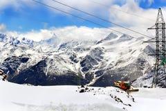 Με λάθη όχημα αμμόλοφων οχήματος για το χιόνι στα βουνά Στοκ Εικόνα