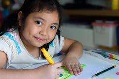 Μελέτες εφήβων σχολικών κοριτσιών σκληρές πέρα από το βιβλίο του στο σπίτι Στοκ Φωτογραφίες