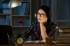 Μελέτες που μένουν αργά τη νύχτα επάνω αργά στοκ εικόνες