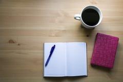 Μελέτη Βίβλων με την άποψη μανδρών από την κορυφή στοκ εικόνες με δικαίωμα ελεύθερης χρήσης