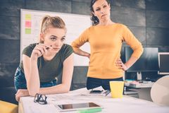Μελέτη γυναικών δύο επιχειρήσεων Στοκ εικόνα με δικαίωμα ελεύθερης χρήσης