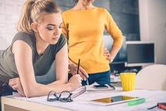 Μελέτη γυναικών δύο επιχειρήσεων Στοκ φωτογραφία με δικαίωμα ελεύθερης χρήσης