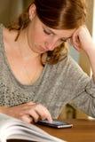 Μελέτη και κινητό τηλέφωνο Στοκ φωτογραφία με δικαίωμα ελεύθερης χρήσης