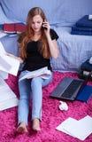 Μελέτη και ομιλία στο τηλέφωνο Στοκ Εικόνες