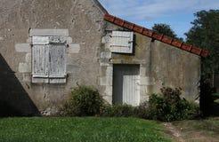 Μελέτη παλαιό outhouse με την ξύλινα πόρτα και τα παράθυρα Στοκ φωτογραφίες με δικαίωμα ελεύθερης χρήσης