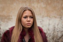 Μελαγχολικό νέο κορίτσι με το κόκκινο παλτό γουνών Στοκ εικόνες με δικαίωμα ελεύθερης χρήσης