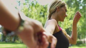 Με ακολουθήστε έννοια του ευτυχούς κορυφαίου άνδρα γυναικών παραδίδει το πάρκο Φλερτ γυναικών φιλμ μικρού μήκους