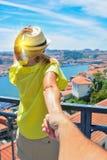 Με ακολουθήστε εκεί Το ξανθό κορίτσι σε ένα καπέλο κρατά το χέρι ατόμων ` s και δείχνει ένα όμορφο τοπίο στοκ φωτογραφίες με δικαίωμα ελεύθερης χρήσης