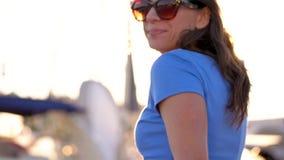 Με ακολουθήστε - ευτυχής νέα γυναίκα στα γυαλιά ηλίου που τραβούν το χέρι τύπων ` s Χέρι-χέρι περπατώντας στη μαρίνα με πολλά γιο απόθεμα βίντεο