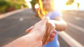 Με ακολουθήστε - η γυναίκα επεκτείνει το χέρι της στον άνδρα, παίρνει τα χέρια και ήπια τα κτυπήματά της απόθεμα βίντεο