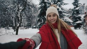 Με ακολουθήστε στο δασικό, ευτυχές κορίτσι χιονιού φιλμ μικρού μήκους