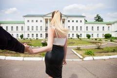 Με ακολουθήστε, η όμορφη νέα γυναίκα κρατά το χέρι ενός άνδρα στοκ εικόνες με δικαίωμα ελεύθερης χρήσης