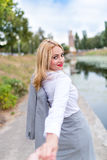 Με ακολουθήστε, η όμορφη προκλητική επιχειρησιακή γυναίκα κρατά Στοκ Εικόνες