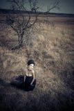 Μελαχροινή βασίλισσα στο πάρκο Μαύρο φόρεμα φαντασίας Στοκ Εικόνες
