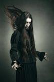 Μελαχροινή μάγισσα που καλεί τις μαύρες δυνάμεις Στοκ Φωτογραφίες