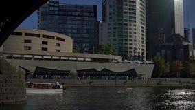 Μελβούρνη που πλέει κάτω από τη γέφυρα απόθεμα βίντεο