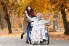 Με ειδικές ανάγκες ανώτερη γυναίκα και νέο caregiver στοκ φωτογραφία με δικαίωμα ελεύθερης χρήσης
