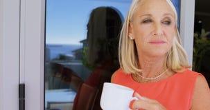 Με ειδικές ανάγκες γυναίκα που έχει τον καφέ στο μπαλκόνι 4k φιλμ μικρού μήκους