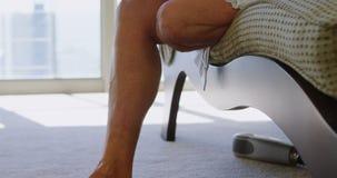 Με ειδικές ανάγκες γυναίκα που διαβάζει ένα βιβλίο στην κρεβατοκάμαρα 4k φιλμ μικρού μήκους