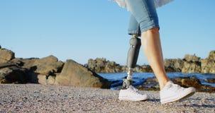 Με ειδικές ανάγκες γυναίκα που περπατά στην παραλία 4k απόθεμα βίντεο