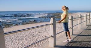 Με ειδικές ανάγκες γυναίκα που στέκεται στην παραλία 4k φιλμ μικρού μήκους