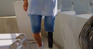 Με ειδικές ανάγκες γυναίκα που στέκεται στο μπαλκόνι 4k απόθεμα βίντεο