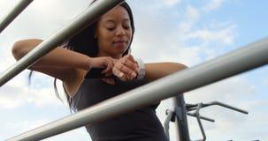 Με ειδικές ανάγκες γυναίκα που χρησιμοποιεί smartwatch στο πάρκο 4k φιλμ μικρού μήκους