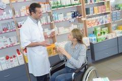 Με ειδικές ανάγκες γυναίκα στο φαρμακείο στοκ φωτογραφία με δικαίωμα ελεύθερης χρήσης