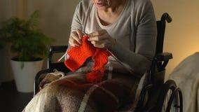 Με ειδικές ανάγκες γυναίκα με τη φτωχή θέα που προσπαθεί να πλέξει, ενοχλημένος και ανίσχυρος στη μεγάλη ηλικία απόθεμα βίντεο