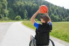 Με ειδικές ανάγκες παίχτης μπάσκετ στην αναπηρική καρέκλα στοκ εικόνες