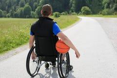 Με ειδικές ανάγκες παίχτης μπάσκετ στην αναπηρική καρέκλα στοκ φωτογραφίες