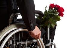 Με ειδικές ανάγκες άτομο με την ανθοδέσμη των λουλουδιών στοκ εικόνα