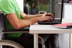 Με ειδικές ανάγκες άτομο που γράφει στο lap-top Στοκ εικόνες με δικαίωμα ελεύθερης χρήσης