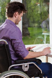 Με ειδικές ανάγκες άτομο που διαβάζει ένα βιβλίο στο σπίτι Στοκ Εικόνα