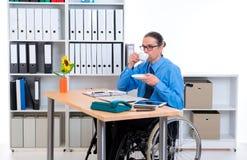 Με ειδικές ανάγκες επιχειρησιακό άτομο στην αναπηρική καρέκλα καφές κατανάλωσης Στοκ Φωτογραφίες