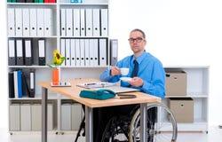 Με ειδικές ανάγκες επιχειρησιακό άτομο στην αναπηρική καρέκλα καφές κατανάλωσης Στοκ φωτογραφίες με δικαίωμα ελεύθερης χρήσης