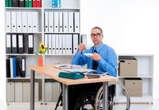 Με ειδικές ανάγκες επιχειρησιακό άτομο στην αναπηρική καρέκλα καφές κατανάλωσης Στοκ εικόνα με δικαίωμα ελεύθερης χρήσης