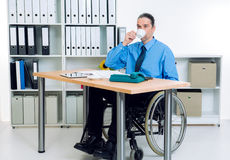 Με ειδικές ανάγκες επιχειρησιακό άτομο στην αναπηρική καρέκλα καφές κατανάλωσης Στοκ φωτογραφία με δικαίωμα ελεύθερης χρήσης