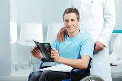 Με ειδικές ανάγκες νεαρός άνδρας στο γραφείο γιατρών Στοκ Εικόνα