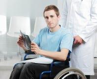 Με ειδικές ανάγκες νεαρός άνδρας στο γραφείο γιατρών Στοκ εικόνες με δικαίωμα ελεύθερης χρήσης