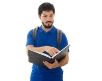 Μελετητής που στέκεται και που διαβάζει ένα βιβλίο Στοκ Φωτογραφία