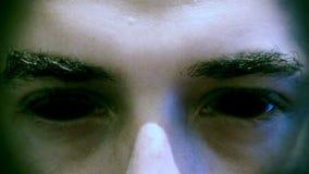 Με διαβολική φυσιογνωμία πρόσωπο δαιμόνων με τα μαυρισμένα μάτια απόθεμα βίντεο