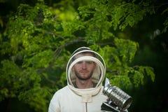 Μελισσοκόμος με το εργαλείο καπνού Στοκ φωτογραφίες με δικαίωμα ελεύθερης χρήσης