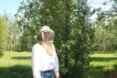 Μελισσοκόμος που υπερασπίζεται τον τομέα τριφυλλιού Στοκ φωτογραφία με δικαίωμα ελεύθερης χρήσης