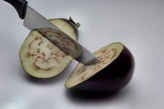 Μελιτζάνα με το μαχαίρι Στοκ εικόνες με δικαίωμα ελεύθερης χρήσης