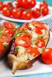 Μελιτζάνα που γεμίζεται με την ντομάτα και τη μοτσαρέλα κερασιών Στοκ Φωτογραφία