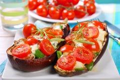 Μελιτζάνα που γεμίζεται με την ντομάτα και τη μοτσαρέλα κερασιών Στοκ εικόνες με δικαίωμα ελεύθερης χρήσης