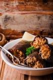 Μελιτζάνα που γεμίζεται με το κρέας και το ρύζι στο κύπελλο στο ξύλινο υπόβαθρο Εκλεκτική εστίαση Αραβική κουζίνα Στοκ φωτογραφίες με δικαίωμα ελεύθερης χρήσης