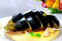 Μελιτζάνα στον ξύλινο πίνακα στοκ εικόνα