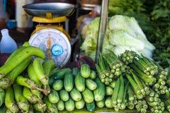 Μελιτζάνες, αγγούρια και ακατέργαστα roselles στην αγορά Στοκ Εικόνες